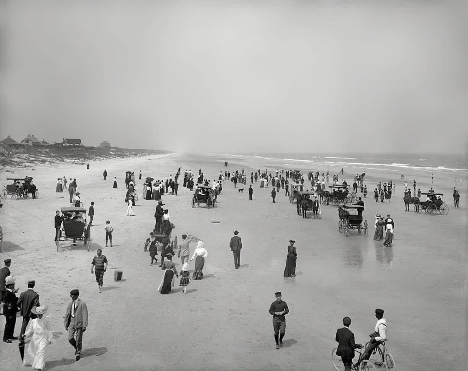 تصویری جالب از لحاظ نوع پوشش مردم مربوط به ساحل دایتونا در فلوریدای آمریکا ؛ سال ۱۹۰۴ زنان با حجاب کامل کنار دریا قبل از صنعت سینما در غرب